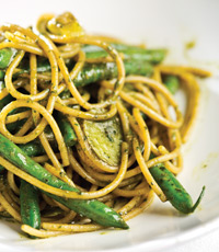 Whole wheat spaghetti with pesto, green beans and potatoes