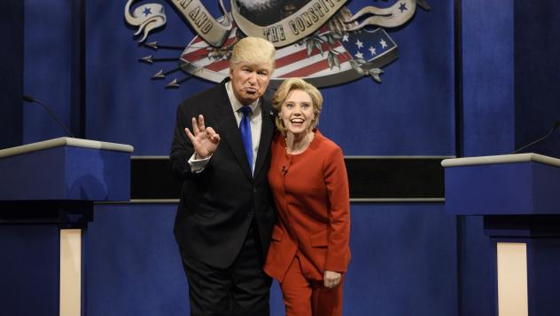Alec Baldwin as Donald Trump and Kate McKinnon as Hillary Clinton keep in character during <em>SNL</em>'s cold open sketch that parodied Monday's presidential debate.