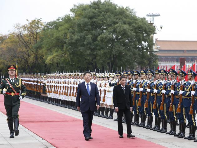 """Chinese President Xi Jinping (center) holds a welcome ceremony for visiting Philippine President Rodrigo Duterte before their talks in Beijing on Oct. 20. In remarks during his visit, Duterte said, """"I announce my separation from the United States. Both i"""