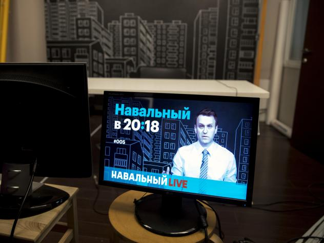 Alexei Navalny's YouTube show attracts a million views per episode. The Putin critic offers breezy commentary on the week's events, fields questions from his Twitter feed and heaps scorn on the Kremlin.
