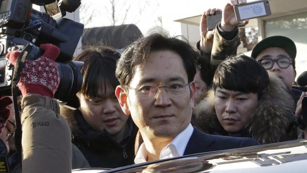 Lee Jae-yong, vice chairman of Samsung Electronics, gets into a car leaving a detention center in Uiwang, South Korea, on Monday.