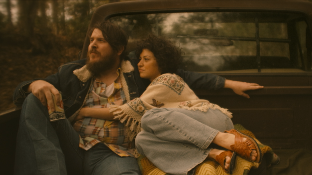 Singer-songwriter Blaze Foley (Ben Dickey) met Sybil Rosen (Alia Shawkat) in 1975. Later, the two lived together in a tree house in the woods.