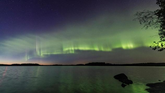 The auroral dunes appear as green waves in the sky.