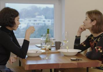 Gamhee (Kim Min-hee) shared a meal with a friend (Song Seon-mi) in <em>The Woman Who Ran.</em>