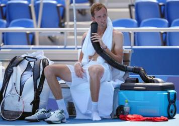 Daniil Medvedev cools down during the break with air from a mobile air conditioner and a towel with ice cubes at the Tokyo Olympics.