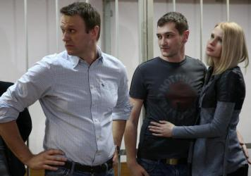 Russian opposition leader Alexei Navalny and his brother Oleg Navalny (right) appear at Moscow's Zamoskvoretsky District Court on Tuesday for the announcement of a verdict in the Yves Rocher fraud case. Alexei Navalny was given a 3 1/2-year suspended sen