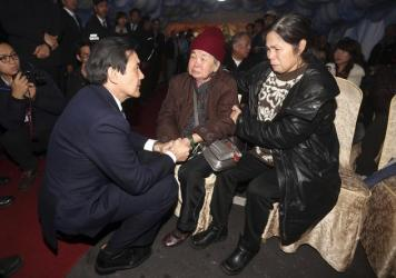 Taiwanese President Ma Ying-jeou meets with family members of a passenger who died in a TransAsia Airways plane crash, at a funeral parlor in Taipei on Thursday.