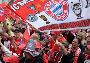 Supporters of FC Bayern Munich celebrate the club's 25th Bundesliga title in Munich on May 24, 2015.