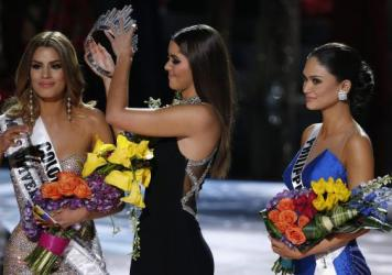 Former Miss Universe Paulina Vega removes the crown from Miss Colombia Ariadna Gutierrez Arevalo before giving it to Miss Philippines Pia Alonzo Wurtzbach at the Miss Universe pageant Sunday night in Las Vegas. Arevalo was incorrectly named the winner be