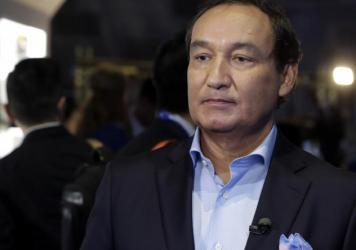 "United Airlines CEO Oscar Munoz in June 2016. Wednesday, he apologized to a passenger who was dragged off a flight and said ""this will never happen again."""