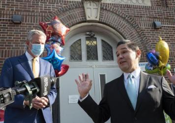 The executive board of the Council of School Supervisors and Administrators on Sunday declared a vote of no confidence against New York City Mayor Bill de Blasio, left, and Schools Chancellor Richard Carranza, right, shown outside the Mosaic Pre-K Center
