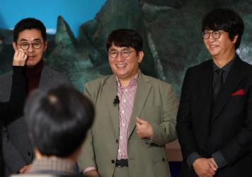 Chairman and CEO Bang Si-hyuk, center, photographed Oct. 15, 2020, the day his company, Big Hit Entertainment, debuted on the Korea Exchange in Seoul. To his left, Jiwon Park, Big Hit CEO of HQ & Management; right, Lenzo Yoon Big CEO of Global & Business