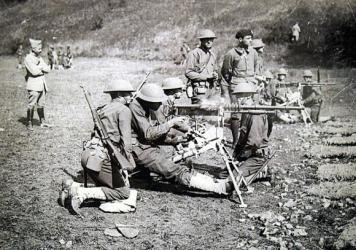 WW I American troops train on French weapons